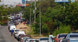 Fuerzas de seguridad controlan las largas colas en las gasolineras venezolanas.