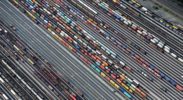 Trenes con mercancías con coches y contenedores cerca de Hamburgo, Alemania.