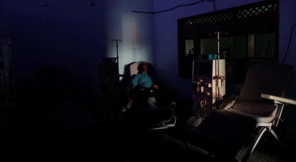 William Lopez, 45, sufre de los riñones y espera a que la electricidad vuelva durante uno de los apagones en Maracaibo, Venezuela, 2019