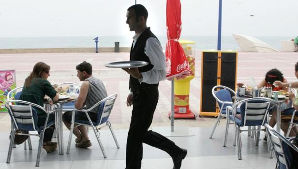 Campaña de verano. El turismo se convierte en el principal dinamizador del mercado laboral durante la campaña de verano.