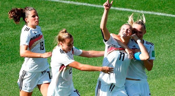 Alexandra Popp celebra su gol ante Nigeria.