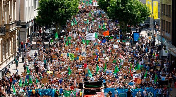 Jóvenes marchan por las calles de Aquisgrán.