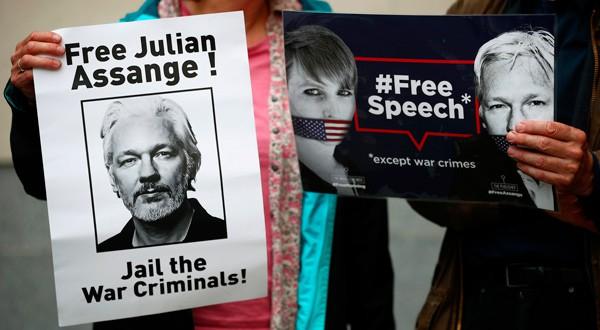 Personas se manifestaron a las afueras de la corte en Londres en defensa de Assange.