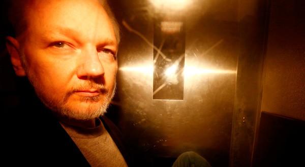 El fundador de WikiLeaks enfrentaría graves cargos en EEUU.