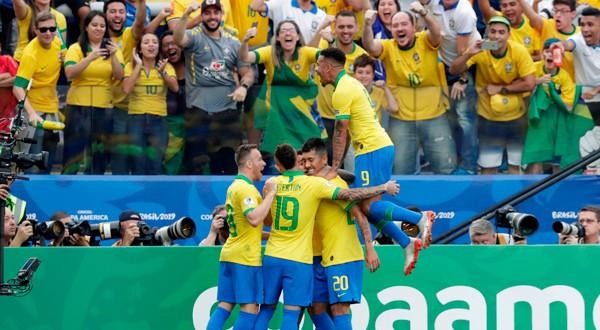 El público paulista celebró en grande la goleada de Brasil.
