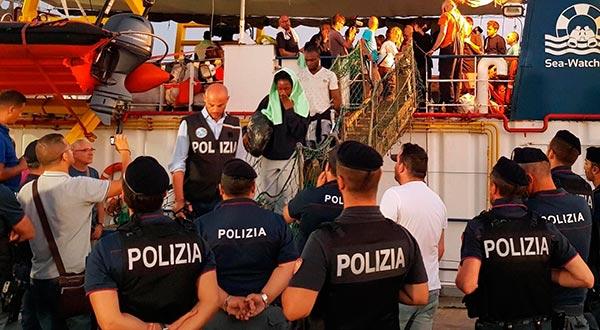Rackete, de 31 años, fue arrestada, mientras que los migrantes permanecieron a bordo después de que el barco atracó / twitter @matteosalvinimi