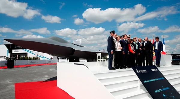 Emmanuel Macron junto a representantes de España, Alemania y los directores de Dassault y Airbus.