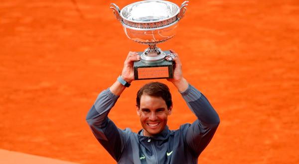 Rafa levanta el trofeo del Roland Garros por duodécima vez en su carrera.