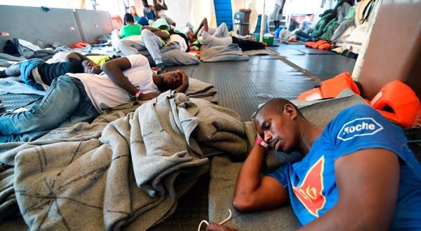 Migrantes africanos esperan a bordo del 'Sea Watch 3', mientras se resuelve el conflicto sobre cuál país los acogerá