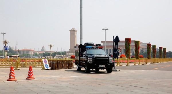 Un vehículo de la policía desplegado en la Plaza de Tiananmén.