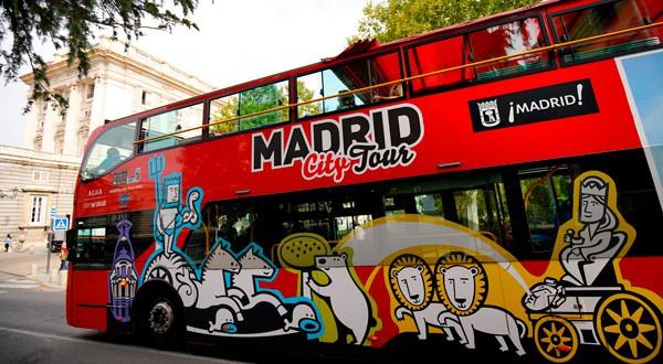 Un autobús turístico madrileño a las afueras del Palacio Real.