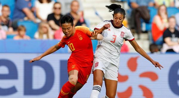 Nahikari García lucha un balón en el encuentro ante China