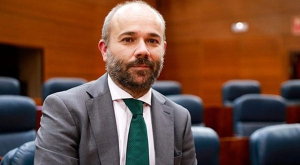 Con el pacto entre los partidos derechistas Cs, PP y Vox, Juan Trinidad llega a la Presidencia de la Asamblea de Madrid.