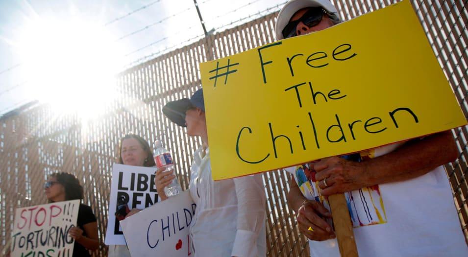 Numerosos manifestantes han protestado en la frontera en contra de la detención y separación de niños migrantes.