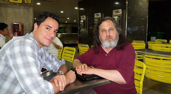 Rafael Núñez, acompañado de Richard Matthew Stallman, un programador estadounidense y fundador del movimiento del software libre