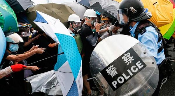 Desde junio cientos de miles de personas protagonizan concentraciones en las calles de Hong Kong para manifestarse en contra de un polémico proyecto de ley de extradición y ahora también piden la renuncia de la presidenta ejecutiva de la ciudad, Carrie Lam.
