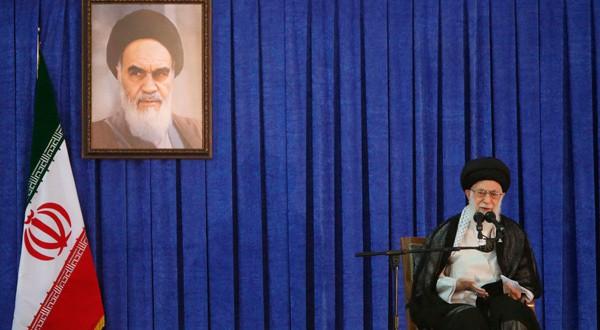 """Cualquier gran decisión debe pasar por """"el líder supremo"""" de Irán, el Ayatolá Ali Jamenei."""