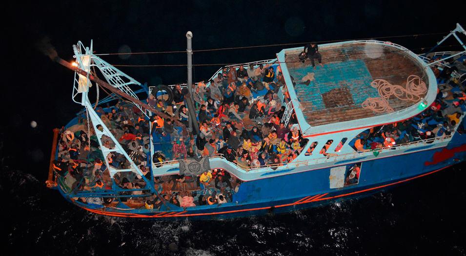 Centenares de migrantes africanos cruzan el Mediterráneo a diario en precarias embarcaciones.