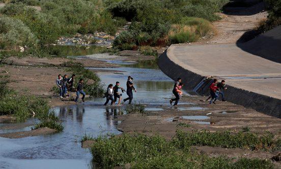 Migrantes cruzan el Río Bravo para entrar en forma ilegal a Estados Unidos