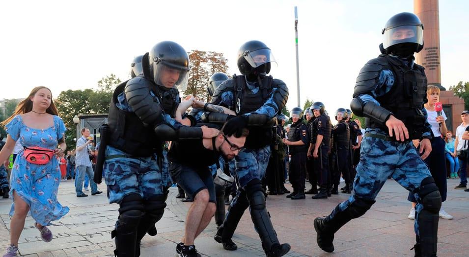 Manifestantes exigen libertades democráticas.