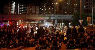 Pese a los anuncios de la policía de reprender hasta con cinco años de presión a los participantes en las protestas, multitudes de ciudadanos continúan saliendo a las calles de Hong Kong para manifestar inconformidad.
