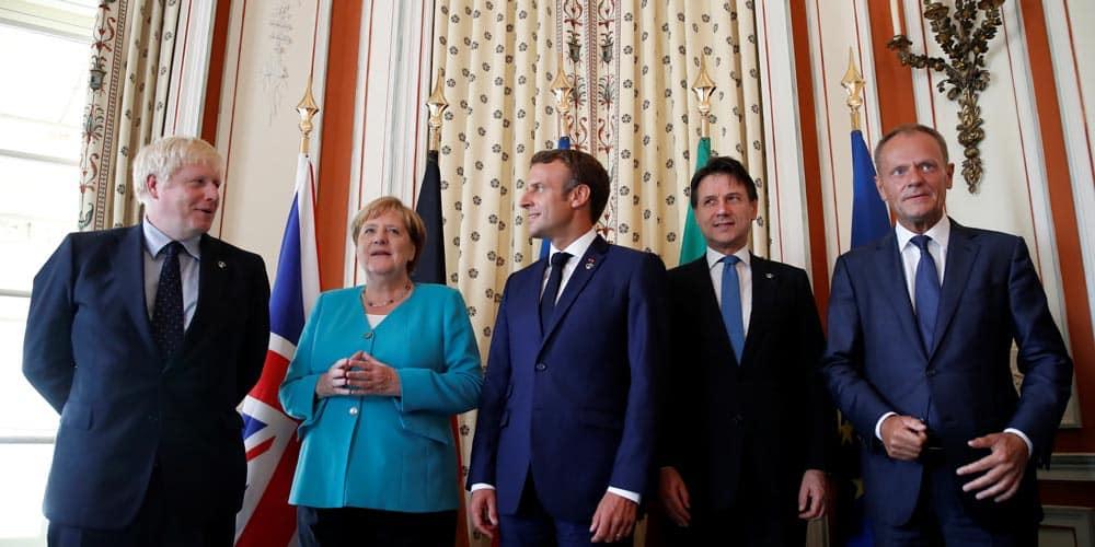 El presidente francés, Emmanuel Macron, y el presidente del Consejo Europeo, Donald Tusk,  con los miembros europeos del G7, el primer ministro británico, Boris Johnson, la canciller alemana, Angela Merkel, y el primer ministro interino de Italia, Giuseppe Conte, durante la cumbre del G7 en Biarritz, Francia, el 24 de agosto de 2019.