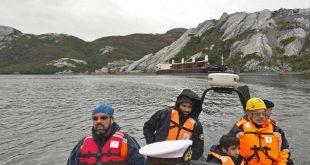 Grandes esfuerzos humanos se despliegan al sur de Chile para extraer el derrame de diésel que se fue al mar.
