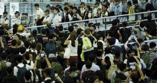 Policía reprimió a manifestantes dentro del Aeropuerto Internacional de Hong Kong