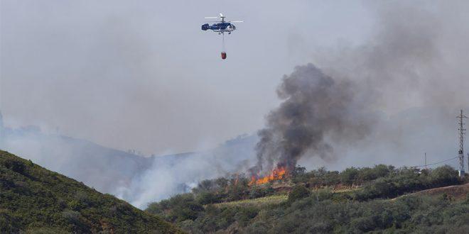 Incendio avanza descontroladamente y las autoridades evacuan a 9 mil personas