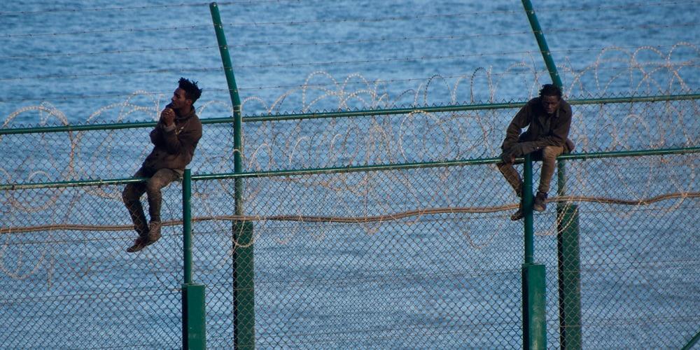 Muchos de los migrantes subsaharianos no pudieron cruzar la valla de Ceuta y fueron devueltos a Marruecos por las autoridades.