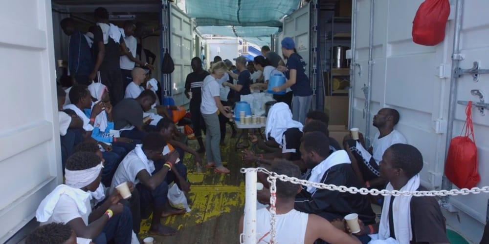 Los migrantes del Ocean Viking recibieron la noticia con alivio.