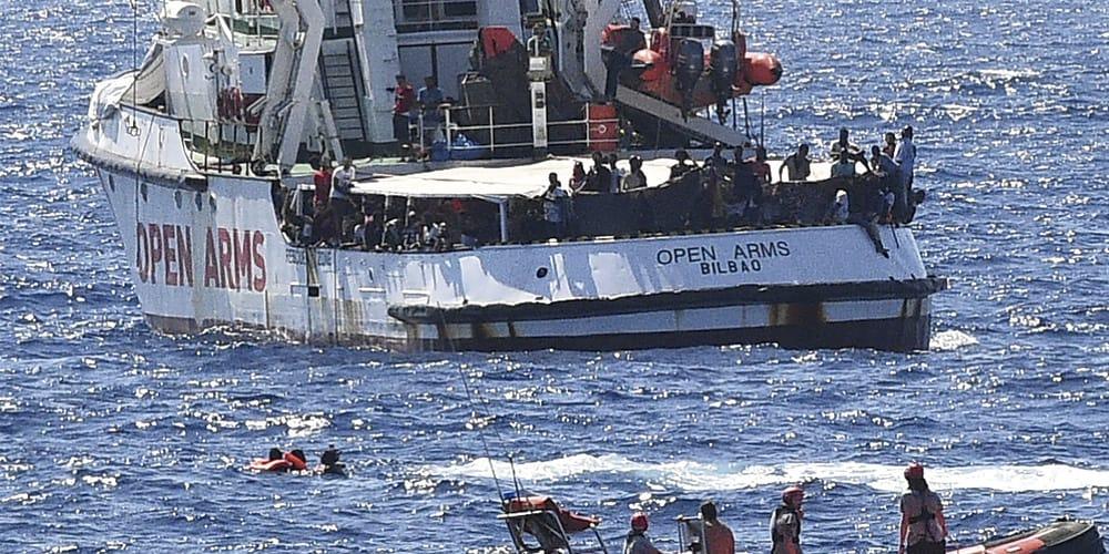 Migrantes del Open Arms saltan al agua en su búsqueda desesperada por llegar a tierra