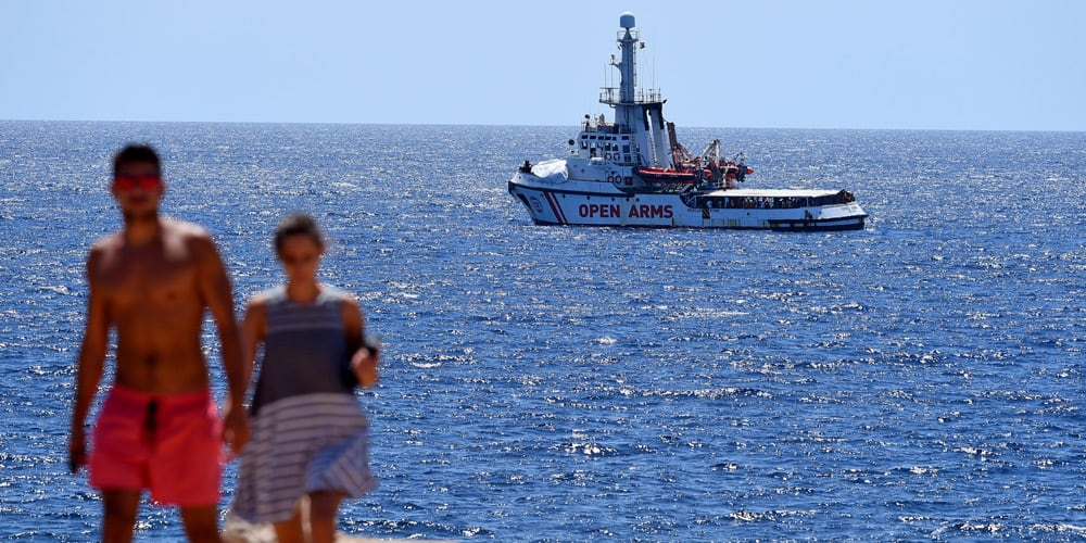 El Open Arms con más de un centenar de migrantes, continúa atracado en Lampedusa a la espera de decisiones