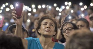 Miles de ciudadanos se reunieron en vigilia, para orar por las víctimas mortales de los atentados.