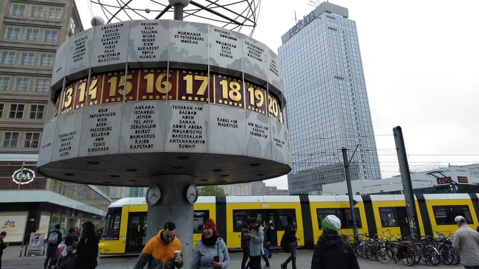 El Reloj mundial, también conocido como el Reloj Mundial Urania, es un gran reloj mundial de estilo torreta ubicado en la plaza pública de Alexanderplatz, en Mitte, Berlín.