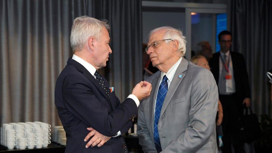 Josep Borrell (derecha) es el candidato para ser el jefe de la diplomacia en la UE.
