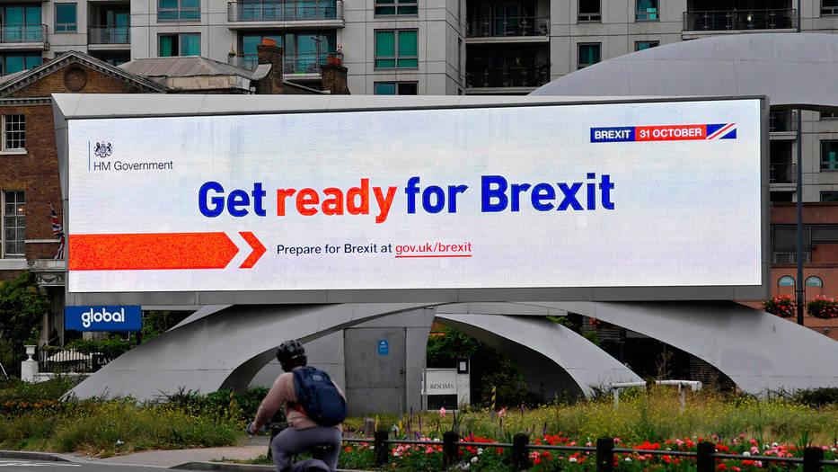 Carteles electrónicos del gobierno advierten a los británicos a prepararse por el Brexit.