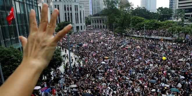 Manifestantes en Hong Kong alzaron la bandera de EEUU y sus manos para pedir ayuda internacional