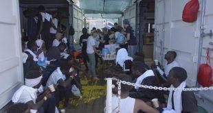 El gobierno italiano autorizó a desembarcar a los migrantes africanos a bordo del buque Ocean Viking en la isla de Lampedusa.