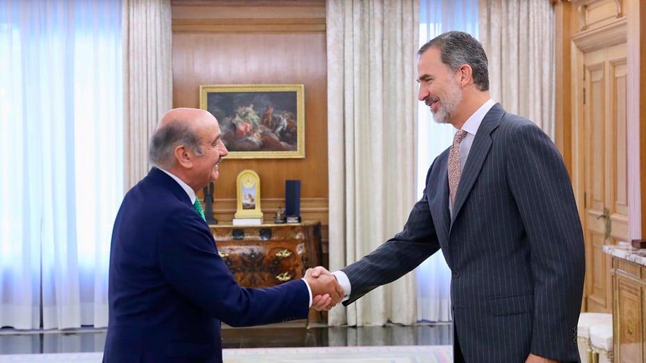 Diputado por el Partido Regionalista de Cantabria,José María Mazón, y el rey Felipe VI
