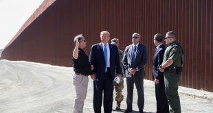 En su visita de inspección de las obras de levantamiento del muro fronterizo con México, al presidente de EEUU Donald Trump lo acompañaron el secretario provisional de Seguridad Nacional, Kevin McAleenan, funcionarios de la CBP y del Cuerpo de Ingenieros del Ejército, y trabajadores de la construcción.