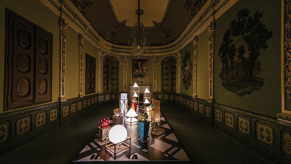 Sala 'La ciudad de las luces'. Instalación 'Objetos luminosos no identificados', de Lourdes León y Teresa Ayuso.