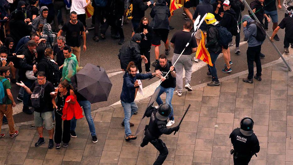 Enfrentamiento entres manifestantes independentistas y Policía Nacional