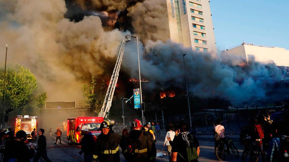 Protestas y saqueos en Chile provocaron un gran incendio en un centro comercial de Santiago.