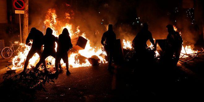 Olas de protestas violentas y sin dirección arropan a Cataluña
