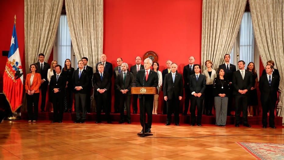 El presidente Sebastián Piñera confirmó la decisión del Gobierno mientras intenta calmar la crisis con medidas sociales y un cambio de su gabinete.
