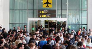 Según información proporcionada por la policía, cerca de 8 mil personas se encontraban en las cercanías del aeropuerto