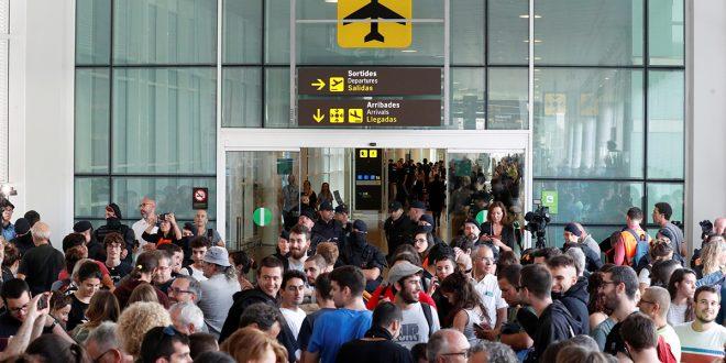 Manifestantes independentistas protestan en aeropuerto El Prat e interrumpen servicios del AVE
