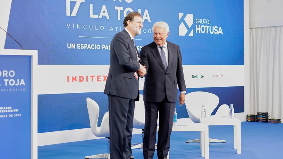 Mariano Rajoy y Felipe González luego de sus intervenciones en Foro La Toja Vínculo Atlántico