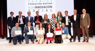 Grupo de premiados y finalistas con directivos de la Fundación MAPFRE.